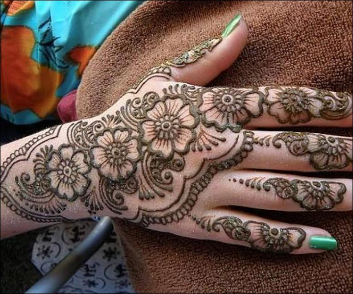 Detailed-Rose-Mehndi-Art-For-The-Back-Hand